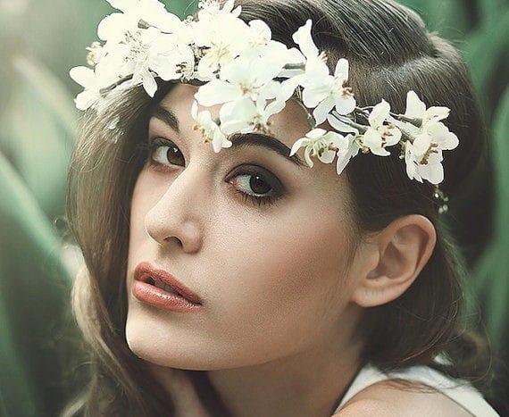 Inspirations coiffures de mariage fleurs dans les cheveux - Coiffure couronne de fleurs ...